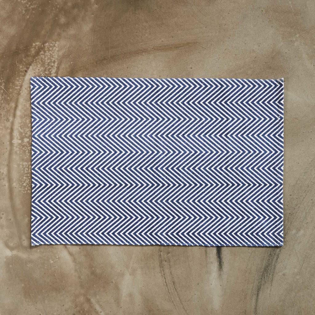 SILENT DANCER Koberec rybí kost 60 x 90 cm - tmavě modrá/bílá